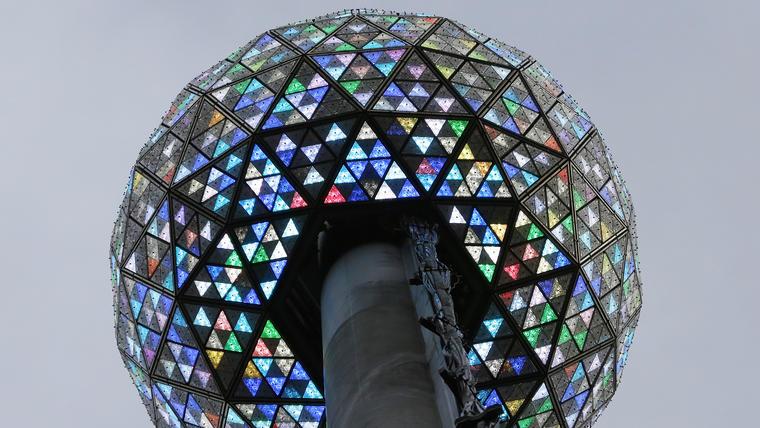 Cuando el reloj marque la medianoche y la esfera baje, caerá al mismo tiempo una tonelada de confeti.(Foto: AP/Kathy Willens)
