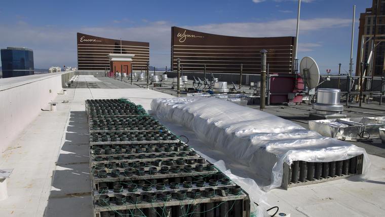 Organizadores prepararon con antelación los fuergos artificiales que serán lanzados a la medianoche desde la azotea del hotel-casino Treasure Island. (Foto: AP/Las Vegas Sun, Steve Marcus)
