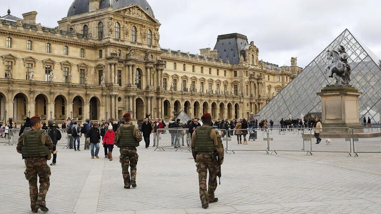 Soldados franceses patrullan cerca de museo del Louvre en París. Temiendo que actores y persecuciones fingidas puedan confundirse con policías y ataques reales, París restringió los rodajes de escenas de acción en sus calles, tras los atentados terroristas del mes pasado. (Foto: AP/Laurent Cipriani)
