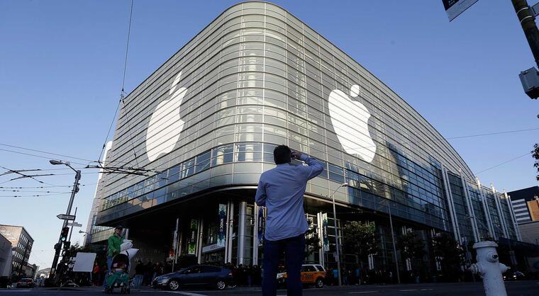 El logotipo de Apple adorna el exterior del edificio Moscone West en el primer día de la Conferencia Mundial para Programadores de Apple en San Francisco, el lunes 8 de junio del 2015.