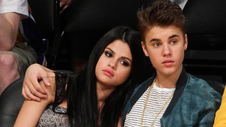 Justin Bieber y Selena Gomez en el partido de los Lakers en 2012