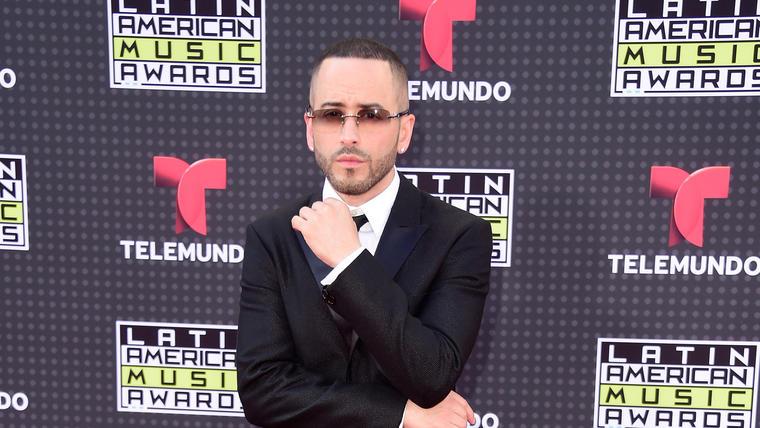 Yandel en la alfombra de los Latin American Music Awards 2015