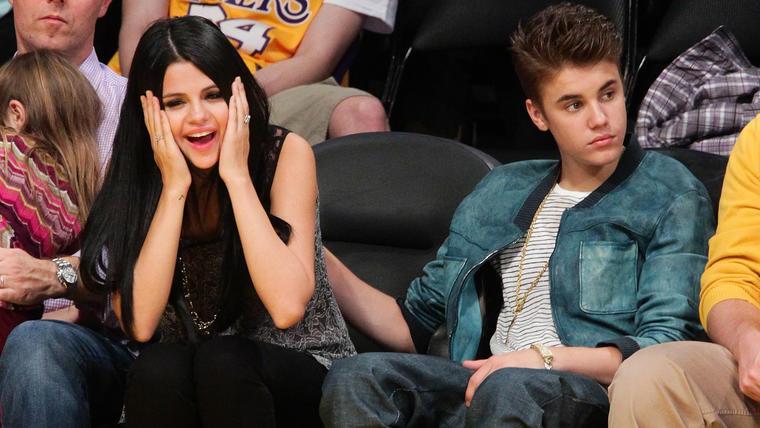 Selena Gomez y Justin Bieber en el partido de los Lakers en 2012