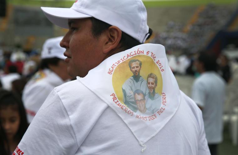 hombre con un panuelo de los sacerdotes beatificados