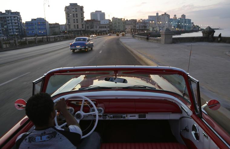 cubano condiciendo en la habana