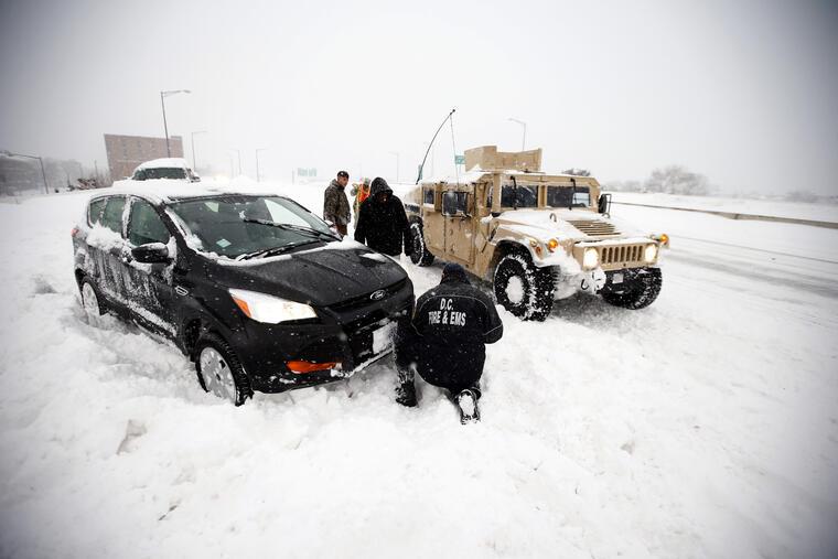 vehiculos varados por la nieve en noreste eeuu