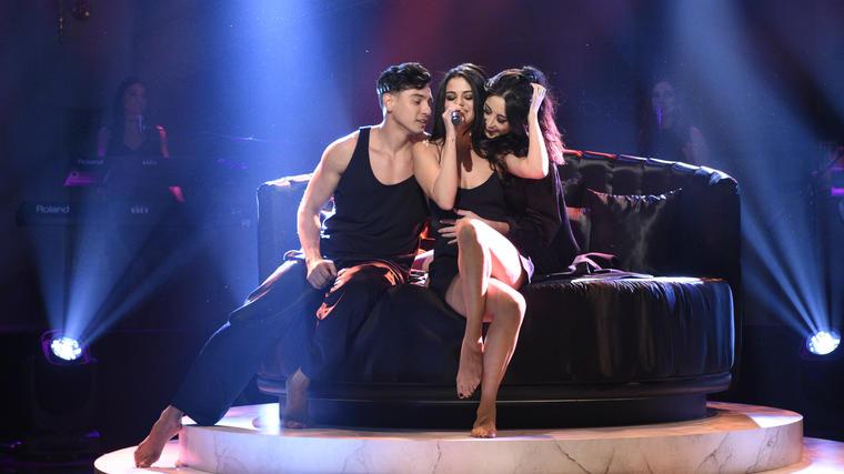 """Selena Gomez durante su presentación de """"Hands to Myself"""" en SNL 2016"""