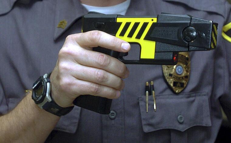 pistolas electricas de la policia