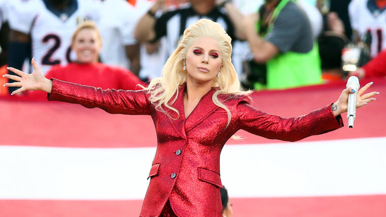 Lady Gaga cantando el himno nacional de los Estados Unidos en el Super Bowl 50