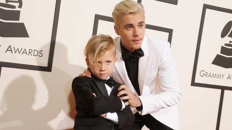 Justin Bieber y su hermano durante los premios Grammy 2016