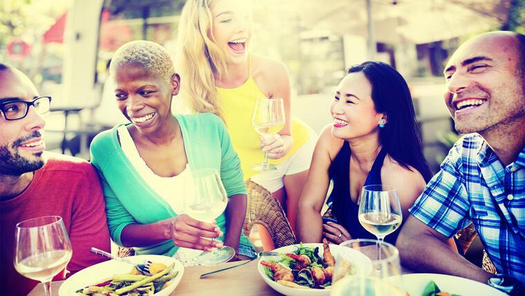 Amigos compartiendo una comida