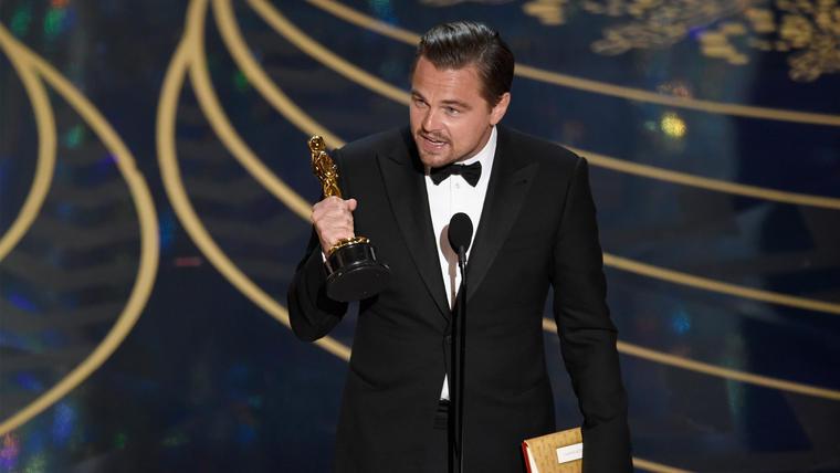Leonardo Dicaprio recibe su primer Oscar