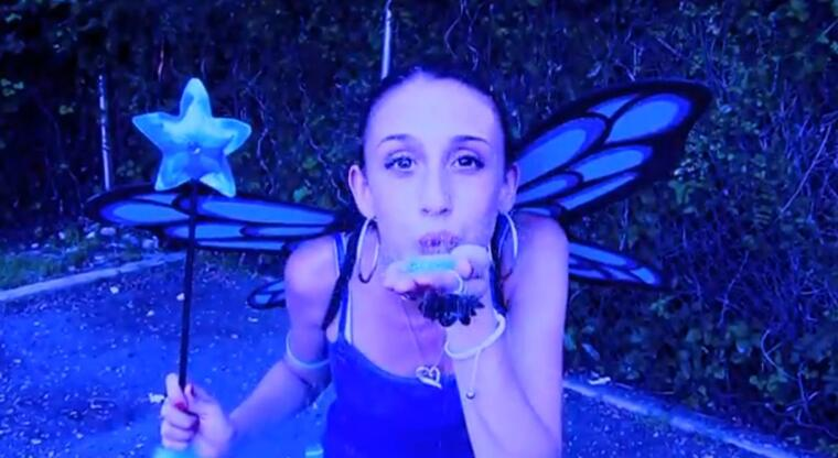 "YouTuber Sharissa Turk en el video ""My world is so Blue"""