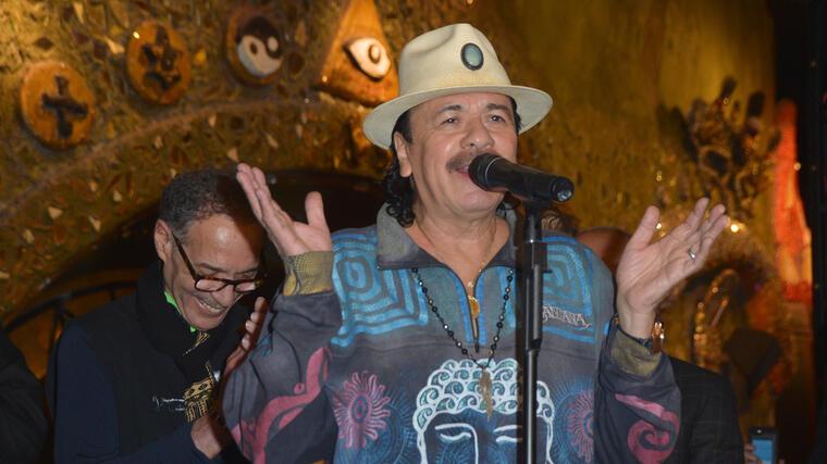 Carlos Santana durante una conferencia de noticias en 2016