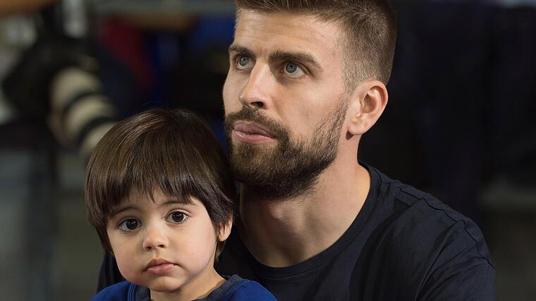 Piqué y Milan en el partido de baloncesto