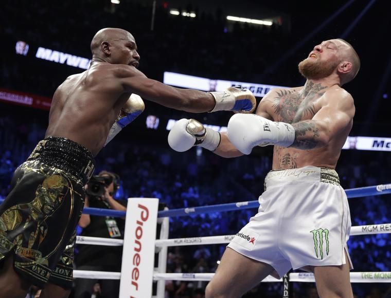 Mayweather golpea a McGregor este sábado en Las Vegas.