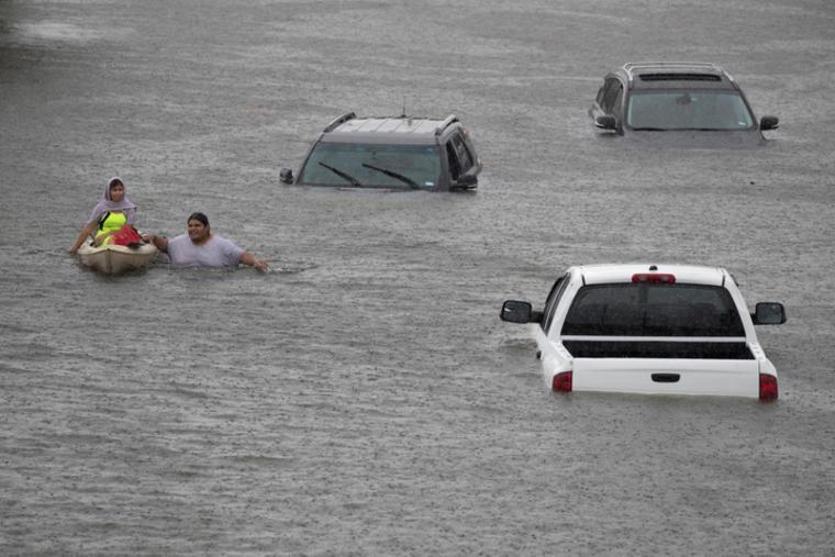 Jesús Rodríguez rescata a Gloria García después de la lluvia del huracán Harvey que inundó Pearland, en las afueras de Houston