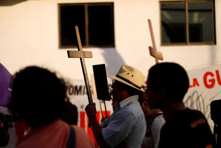 Activistas sujetan cruces en una protesta contra los fenicidios y la violencia en Ciudad de México. Foto de archivo.