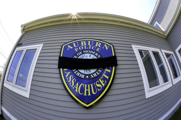 Imagen de archivo del escudo de la policía fuera de la estación de policía de Auburn, Massachusetts.