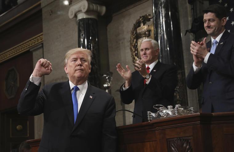 El presidente de Estados Unidos, Donald Trump, gesticula al final de su primer discurso del Estado de la Nación.