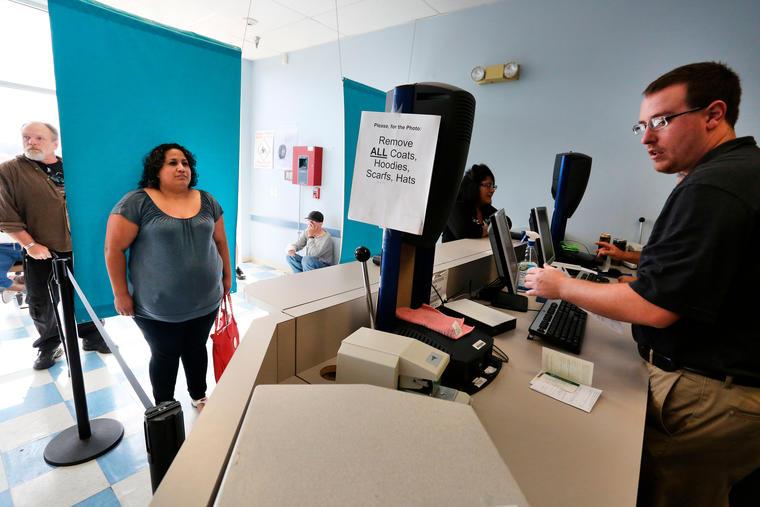 Una mujerinmigrante se tomalafoto para tramitar su licencia de conducir