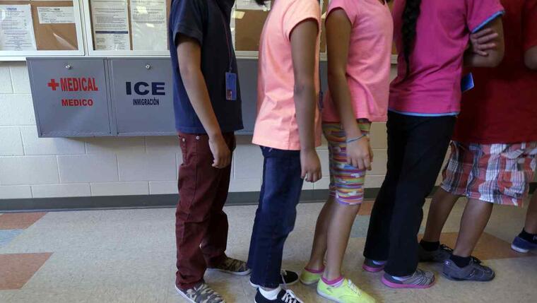 Niños inmigrantes detenidos en el Centro Residencial del Condado de Karnes, Texas.