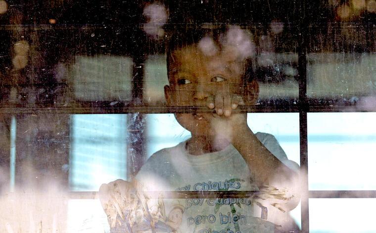 Menor inmigrante en un autobús de la Patrulla Fronteriza en McAllen (Texas) el 28 de junio.