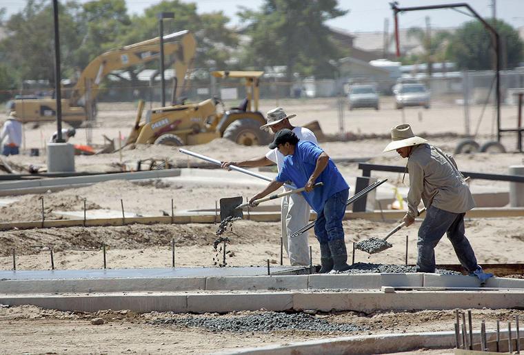 Varios trabajadores cumplen con su jornada laboral.