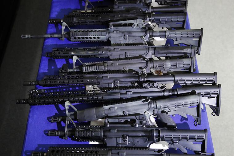 Armas de fuego son exhibidas durante una conferencia en el Hollywood Community Police Station, en Los Ángeles.