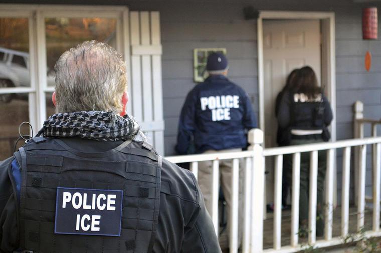 Agentes de ICE ingresan a una casa para detener a inmigrantes indocumentados.