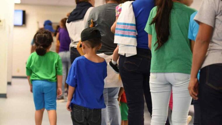 Madres y sus hijos hacen cola en el Centro Residencial Familiar South Texas en Dilley, Texas. Actualmente albergan a 1,520 familias, alrededor del 10% separadas temporalmente y luego reunidas.