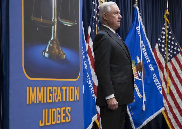 Sessions, este lunes antes de su discurso antes los nuevos jueces de inmigración.