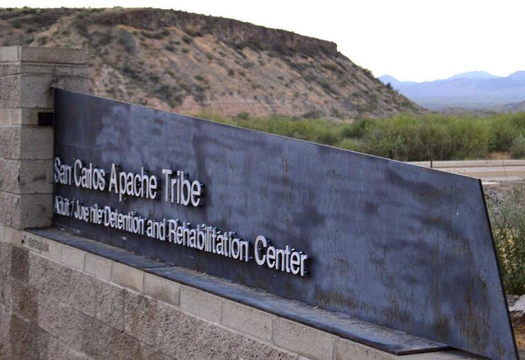 Entrada del centro de detención San Carlos, en Arizona.