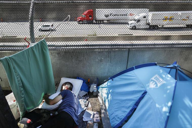 Una persona sin hogar pasa sus días en un campamento en la ciudad de Cincinnati.