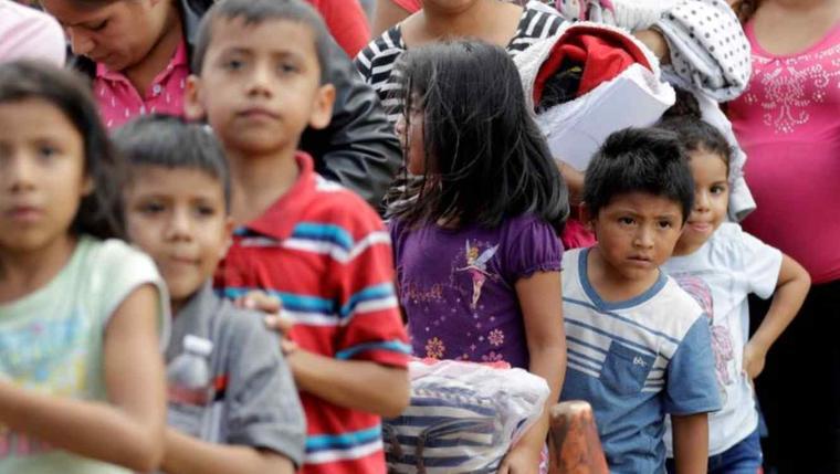Familias inmigrantes el pasado junio tras ser procesadas por la Oficina de Aduanas y Protección Fronteriza en McAllen, Texas.