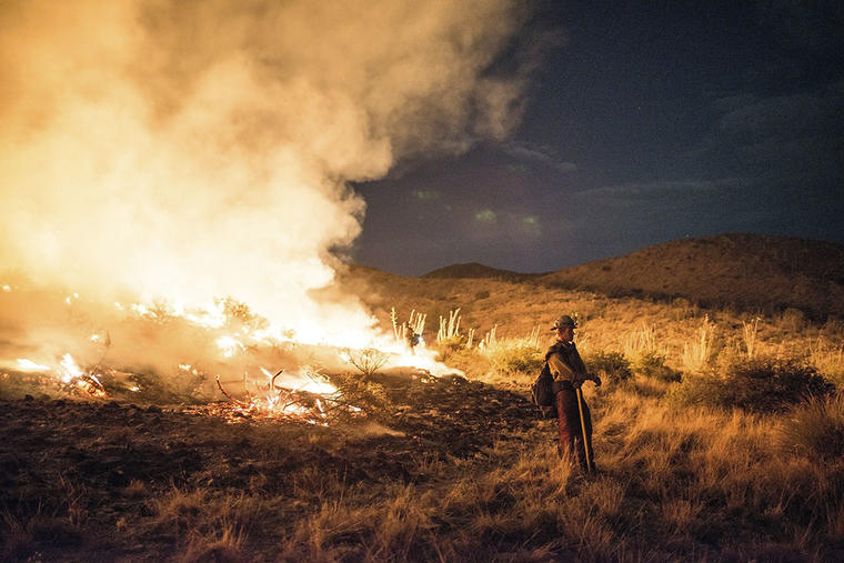 Un bombero trabaja para apagar las llamas del incendio forestal.