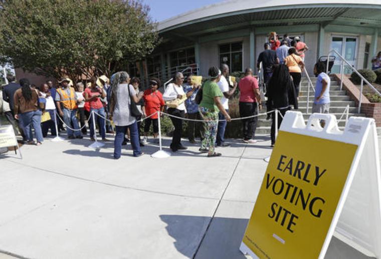 Electores haciendo fila en una casilla de votación temprana