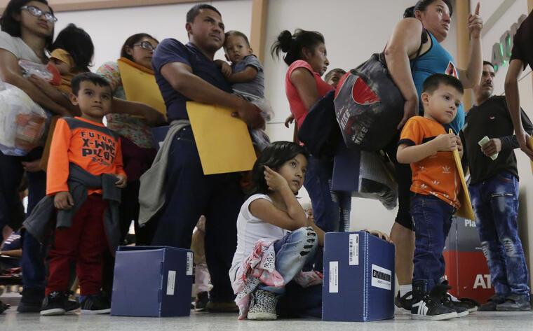 """Los padres con un orden de deportación, bajo libertad condicional o recluidos, tendrán una nueva entrevista con USCIS para determinar si existe """"miedo creíble"""" de persecución."""