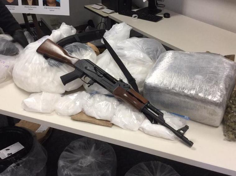 Imagen que recoge partes las drogas y armas decomisadas en esta investigación.