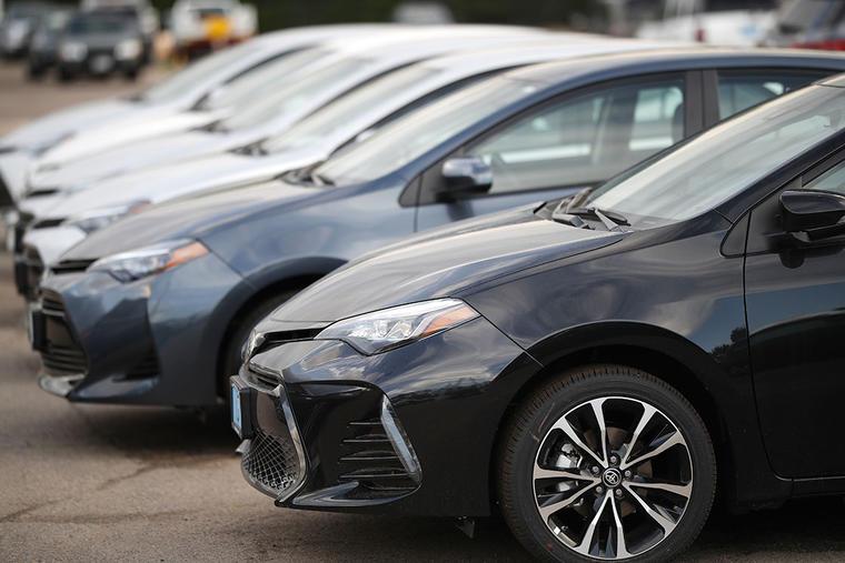 Varios modelos de Toyota Corolla permanecen en un concesionario en Colorado.