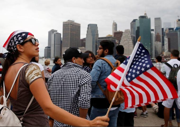 Una mujer paraguaya ondea una bandera estadounidense el pasado 4 de julio en Nueva York.