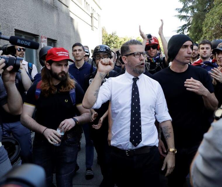 Gavin McInnes rodeado de simpatizantes en una foto e archivo.