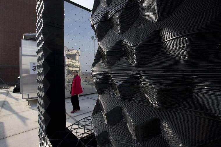 Una persona visita una casa 3D en Amsterdam, Holanda.
