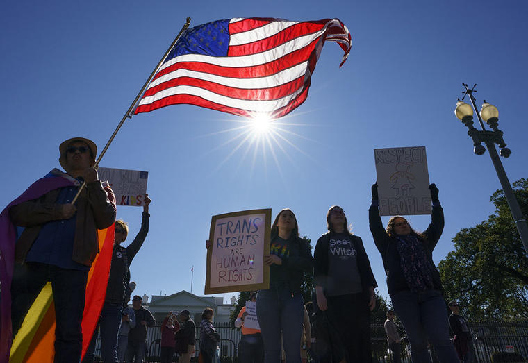 Activistas transgéneros se manifiestan en frente de la Casa Blanca.