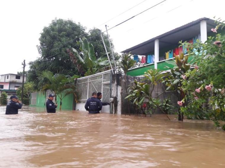 Equipos de Protección Civil de Oaxaca asisten a los civiles afectados por las lluvias que deja la tormenta tropical Vicente.