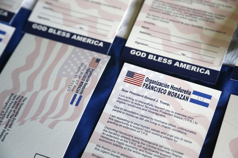 Papeletas con solicitudes al Departamento de Seguridad Nacional para mantener el TPS