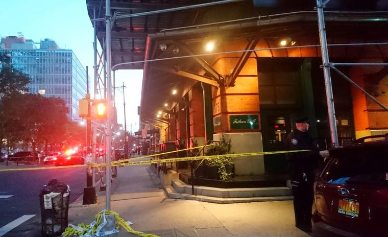 Un oficial de policía bloquea este jueves un área del vecindario de Tribeca en Nueva York.