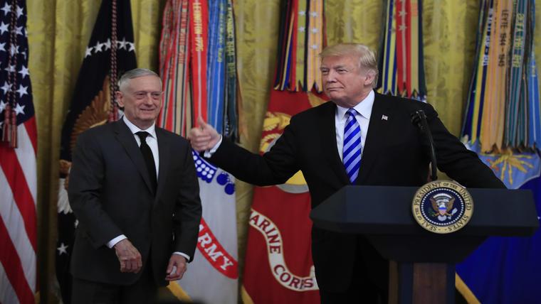 El presidente Donald Trump junto con el secretario de Defensa, Jim Mattis, durante una recepción para conmemorar los ataques de Beirut, el jueves 25 de octubre.