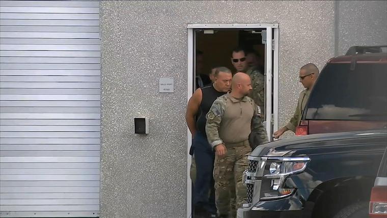 Agentes del FBI escoltan a Cesar Sayoc, acusado de enviar paquetes bomba a varios altos políticos estadounidenses.