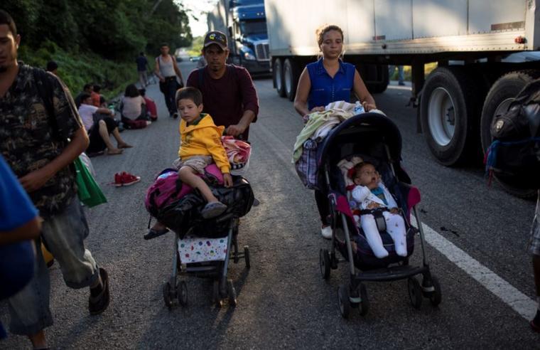Migrantes centroamericanos caminan este jueves hacia Pijijiapan, México.
